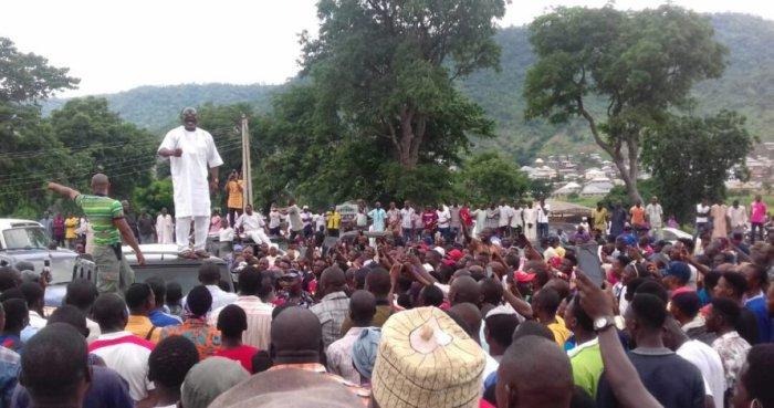 Melaye-addressing-supporters-in-Kogi-2-891x470