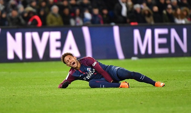 Neymar-writhing-in-pain-holds-the-injured-ankle