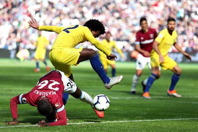 Chelseas-Willian-trying-to-escape-a-West-Ham-player