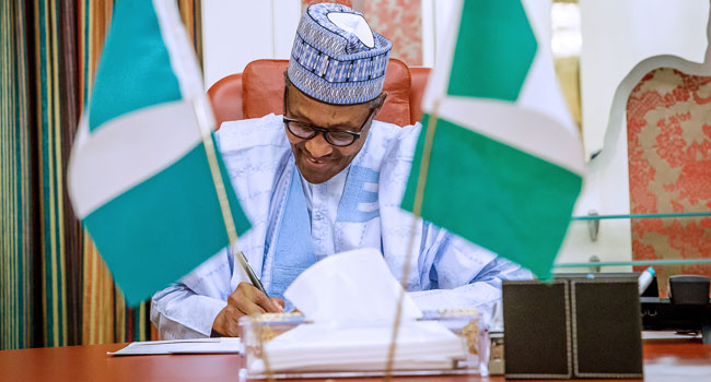 Muhammadu-Buhari-Signs-Minimum-Wage